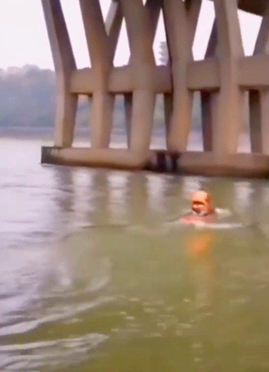 """厉害了!救援人员徒手划艇营救""""落水者"""",动作行云流水……"""