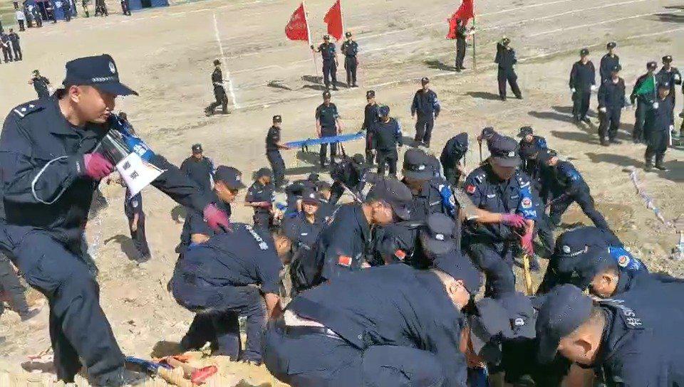 争分夺秒!应急处突队在滑坡地带救援被掩埋群众