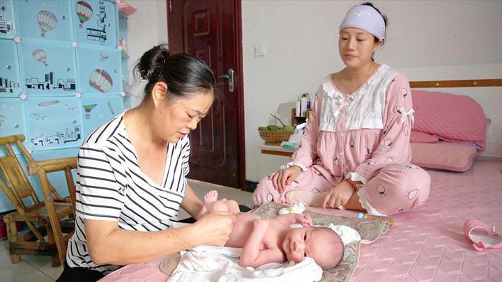 简单易学的婴儿抚触操,小妹儿和二娃一起认真学习,每天都要做的
