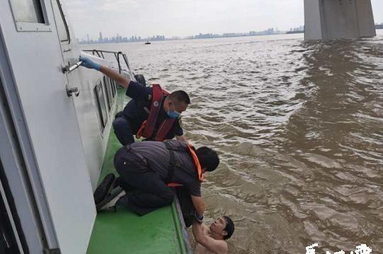 落水男子江中漂流4个多小时武汉海事人员将其成功救起