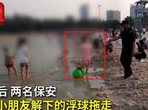 熊孩子拆警戒浮球,保安赶忙制止,家长反对:小孩子玩玩而已!