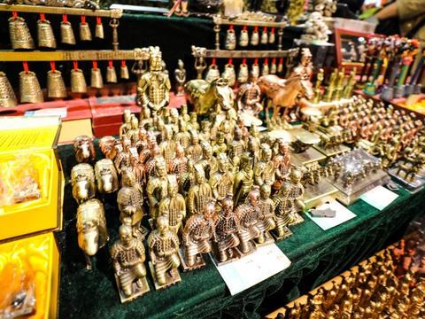 去了西安兵马俑,品类繁多的陶俑纪念品是一大亮点,但购买要慎重