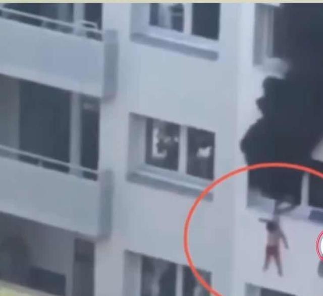 火灾时,10岁哥哥将3岁孩子从4楼抛下,网友:干得漂亮