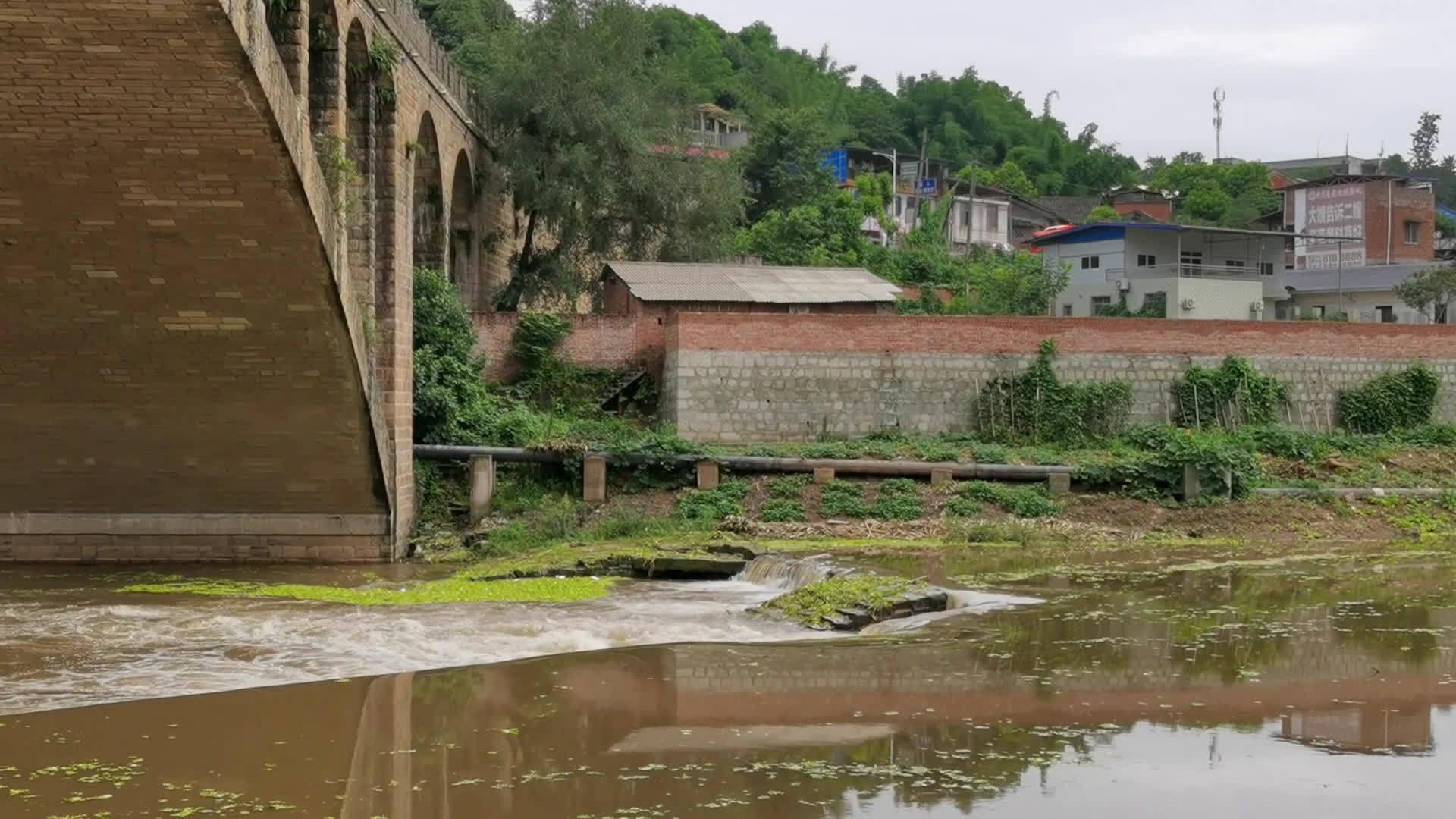 雨后旭水河雷公滩大桥下的古堰闸 @自贡融媒