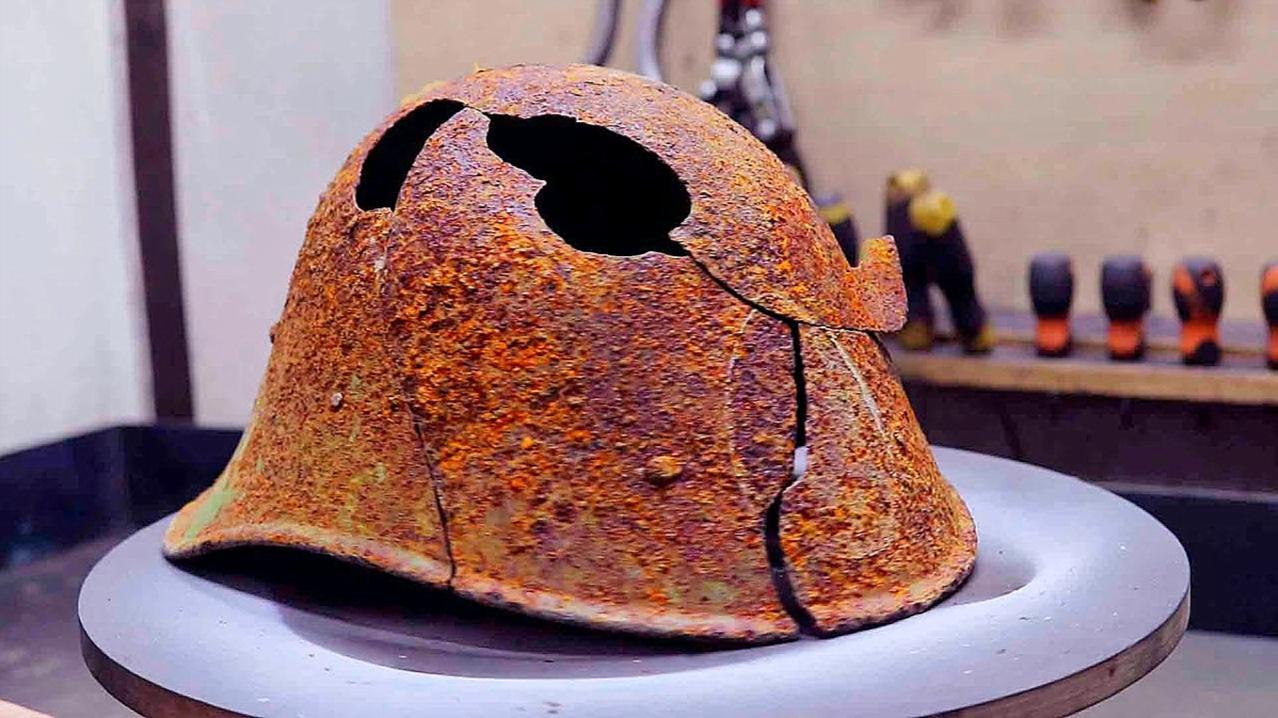 跳蚤市场淘来的古董头盔,拿回家翻新一下,放进仓库当宝收藏