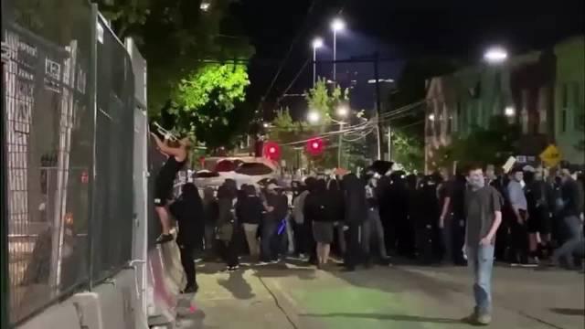 今晚的美国西雅图抗议现场,他们高喊:All Cops Are Bastards!