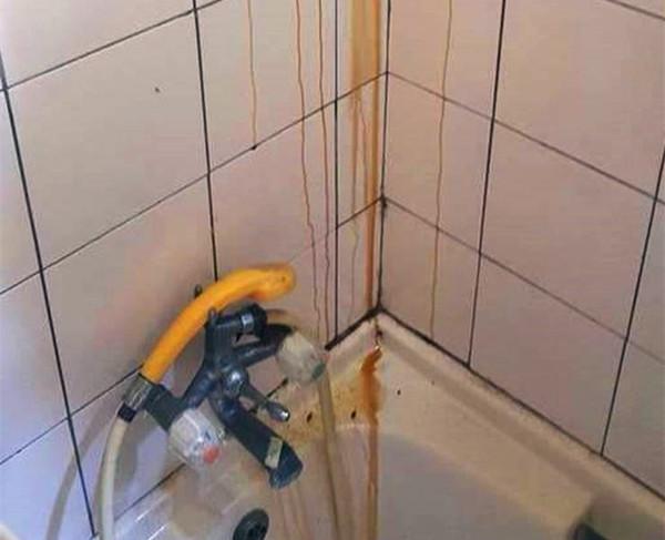 """女子洗澡时发现天花板上流下液体,打开以后,发现是""""宝贝"""""""