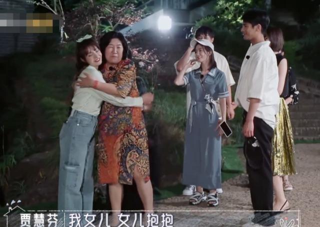 姜潮当众抱麦迪娜的腿,在场婆婆表情各异,妈妈反应心疼人