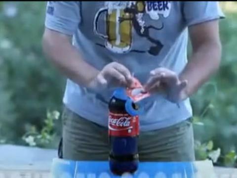 男子把安全套绑在可乐瓶口做实验,测试结果让人看完酸爽