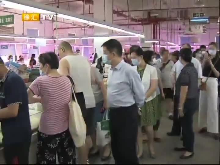 区领导高温慰问菜场经营户和环卫职工
