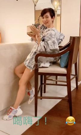 35岁卢靖姗结婚1年疑有孕?衣着宽松遮肚子,未见老公韩庚身影