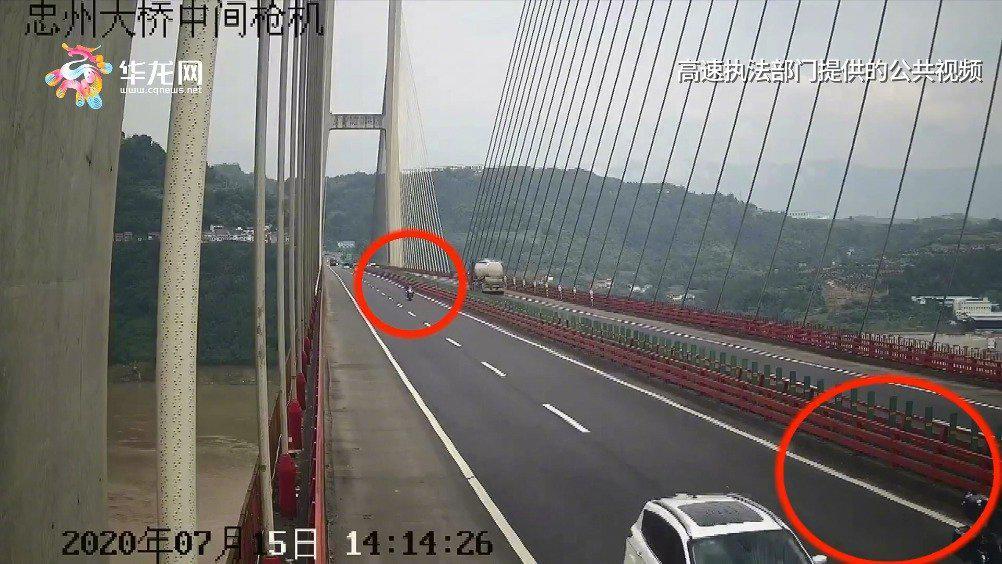 胆大!江西籍三摩友组团自驾重庆旅游 竟在高速路上骑车