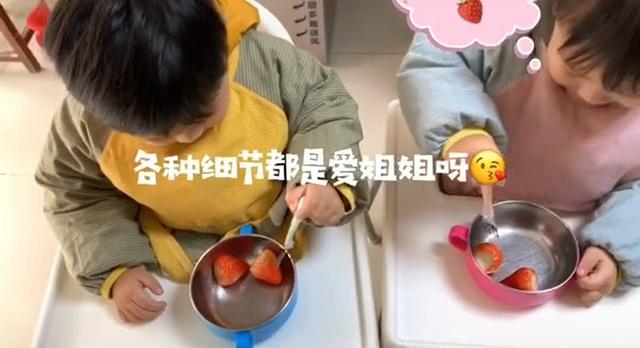 妈妈给龙凤胎姐弟分草莓,弟弟表现太暖心,网友笑称:在世孔融