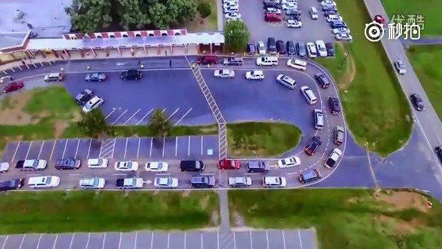 国外学校上下学,家长接送小孩的车辆通行管理制度,安全、有序……