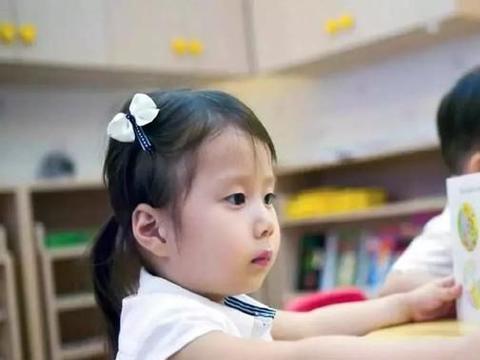 小学生毕业照走红,1个学生9个老师引发热议,网友:比郭靖还多俩