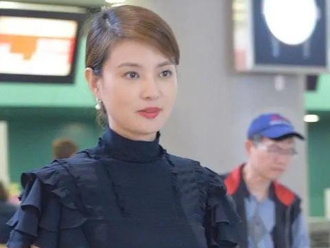 42岁刘芳菲真接地气,穿高领连衣裙清秀淡雅,这气质董卿也比不了