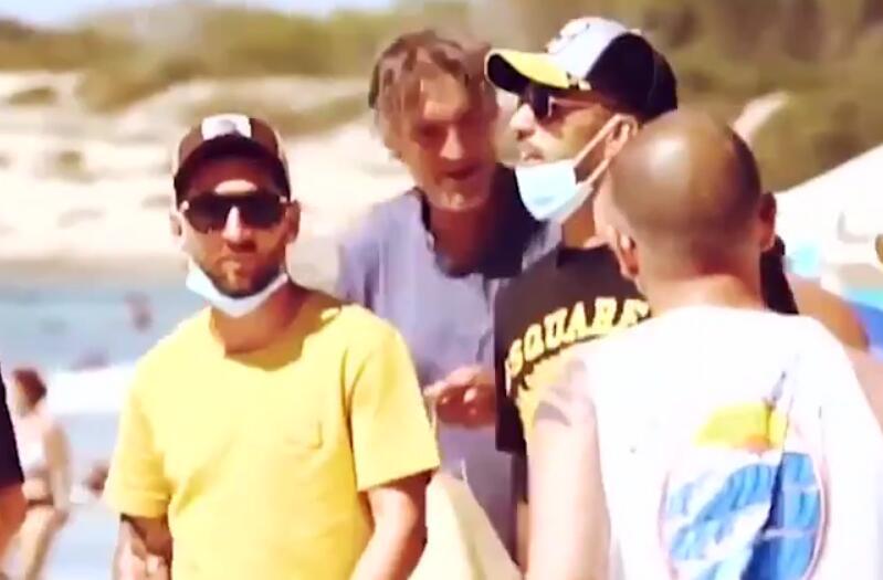 放松心境迎欧冠!梅西在海滨度假,与球迷合影时戴口罩