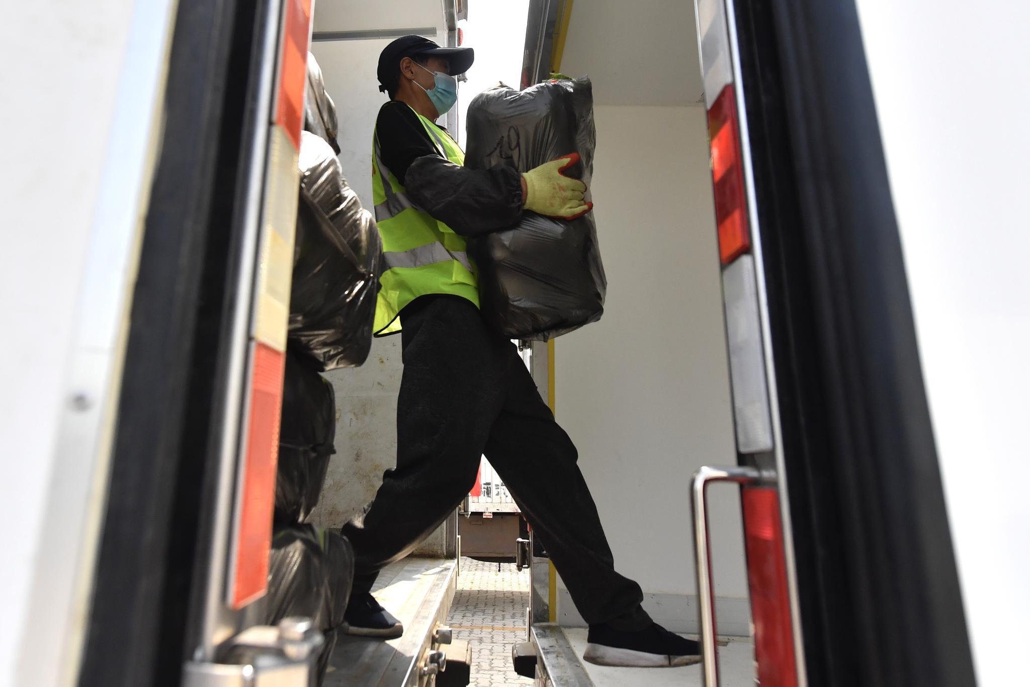 工作人员正在进行蔬菜装卸。摄影/新京报记者 吴宁