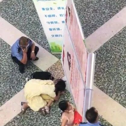 南宁火车站一名女童坠楼,目击者指证:孩子是被人抱起扔下楼