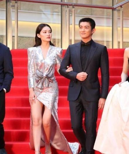 """有一种美叫李沁穿上""""液体裙""""一旁的杜江都不敢直视"""