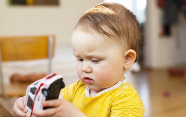 为什么孩子爱乱扔玩具?育儿专家来告诉你:混乱让娃有安全感