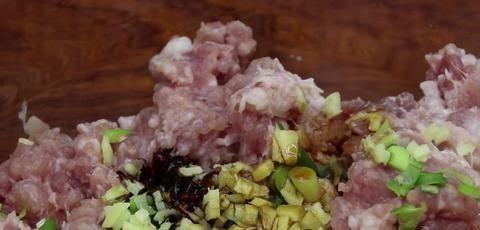鸡蛋和胡椒粉,试试这个新方法,比直接煎更好吃