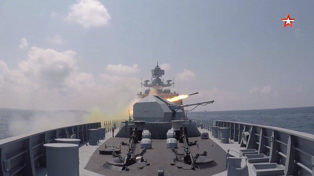 俄在叙利亚塔尔图斯港举行海军日阅兵