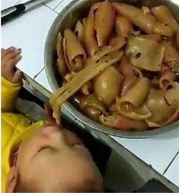 """妈妈醒来发现娃""""丢""""了,到厨房一看笑出眼泪,网友:小吃货"""