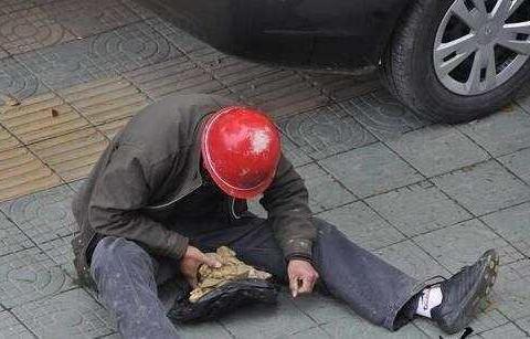 农民工街头卖玉龟,男子6000元买走,结果让他后悔不已