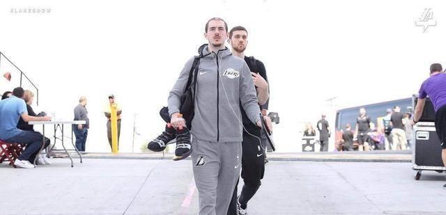 布曼巴赞许老詹,高兴篮球让他带上自己的扣篮包