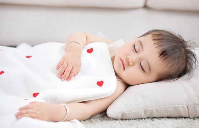 """""""整晚都在给娃盖被子"""",育儿专家:了解这5个原因才能对症下药"""