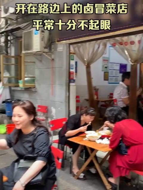 开在路边上的卤冒菜店,一到饭点人山人海的,店里有卤菜、冒菜