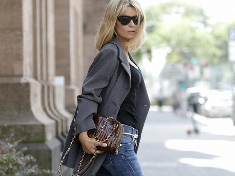 Gitta Banko街拍:Chanel西装叠戴腰链 喇叭裤都市OL