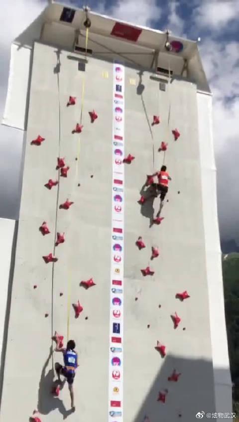 2018年法国攀岩世界杯比赛一幕,右边是中国名将钟齐鑫