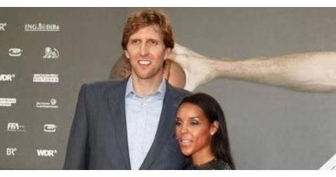 诺维斯基基因强,与黑人妻子结婚4年3子肤色皆金发碧眼随自己