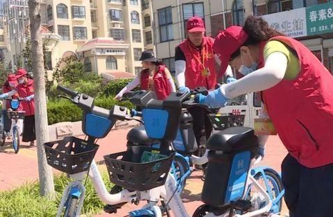"""""""红马甲""""义工送小蓝车回家呼吁市民规范使用共享单车"""