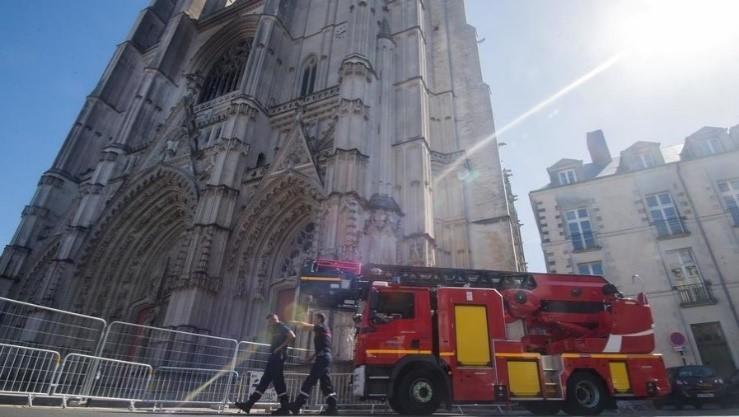 「杏悦」南特大教堂火灾面对新证据一名志杏悦愿者承图片