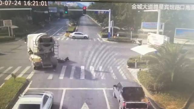 惊险!7月24日,在萍乡市莲花县赣星宾馆红绿灯路口……