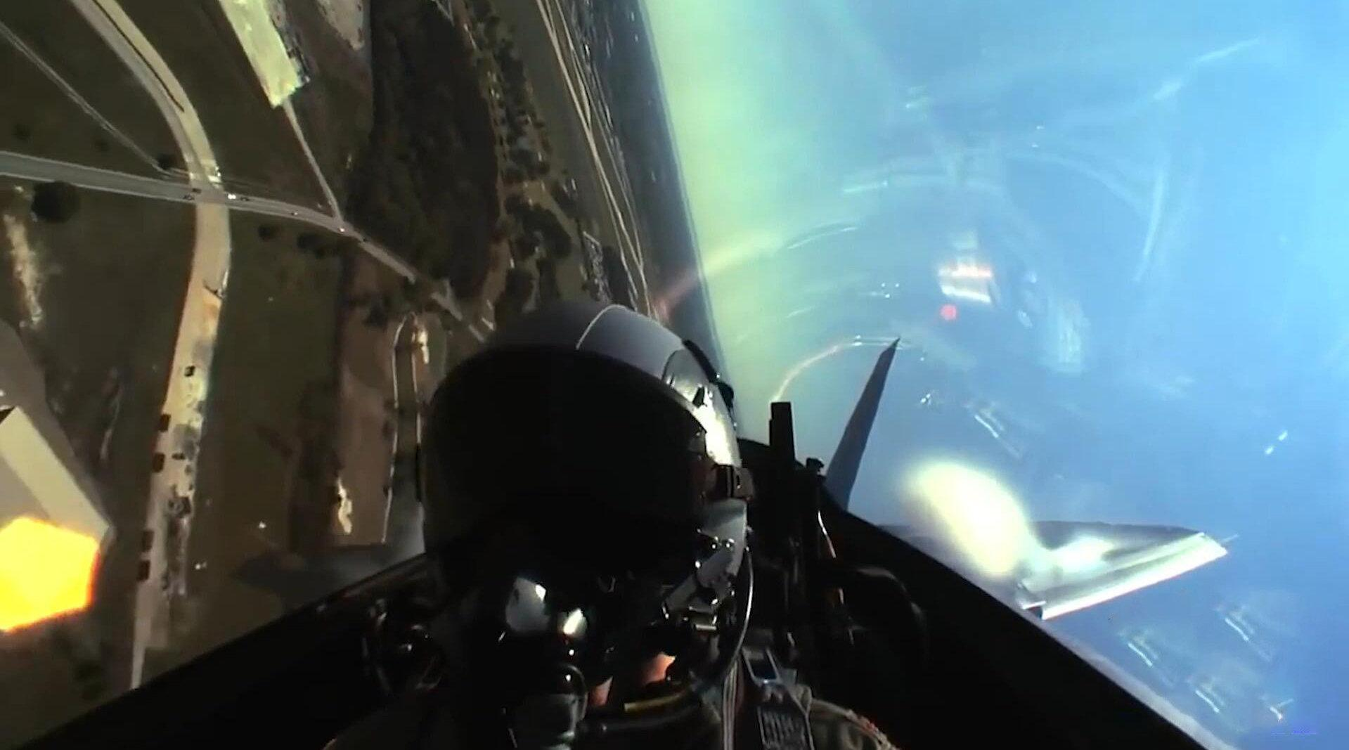 美军F22战斗机驾驶舱飞行视角,机身产生的涡流云清晰可见!
