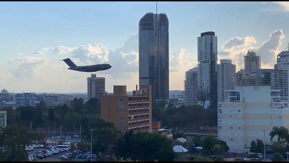 澳大利亚皇家空军C-17运输机在布里斯班楼宇间穿梭飞行