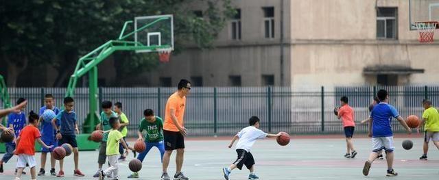 西北政法大学老师24年免费为孩子们上公益体育课