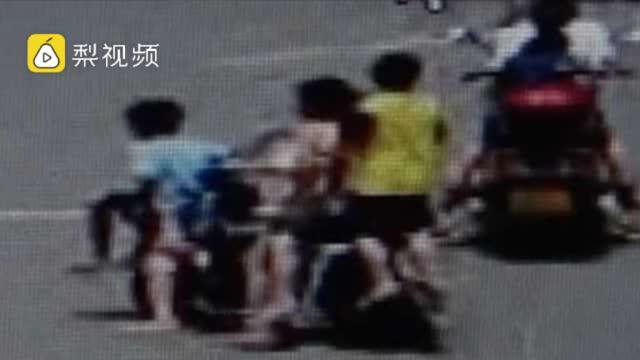 5个小孩骑一辆共享电车闹市穿行,警方批评家长约谈企业