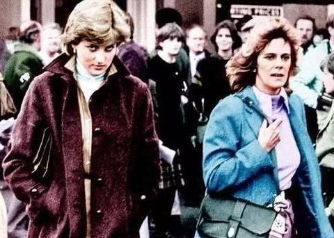 查尔斯公共场拥抱戴安娜,表情凶狠凶恶,似耳语警告戴安娜