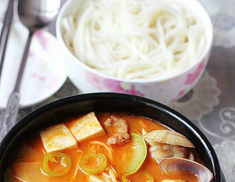 香酥鸡腿、干煸椒盐排骨、凉拌海带丝、韩式大酱汤