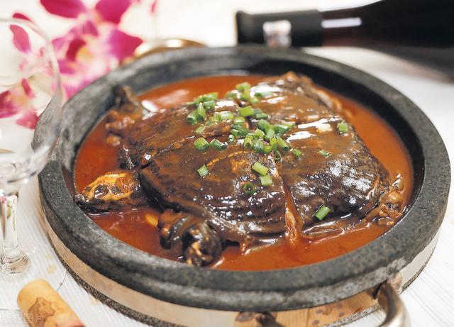 精选红烧狮子头、清蒸江团、黄焖甲鱼、棒棒鸡几道传统名菜做法