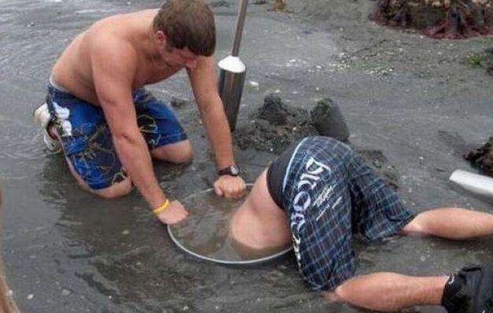 """男子河边挖洞找""""宝贝"""",下一秒男子的举动,路人都看傻眼!"""