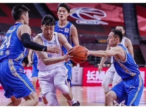 新疆男篮大胜江苏!齐麟重伤离场 季后赛前景不乐观