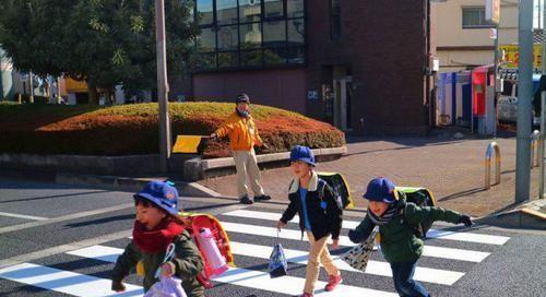 为啥日本小孩自己上下学,却很少会被拐卖?日本妈妈说出真相