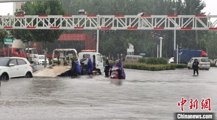 资料图:7月22日,河南省漯河市遭遇强降雨。强降雨导致漯河市部分路段积水严重。漯河市城市管理局供图