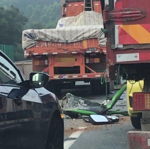 南宁3辆泥头车相撞,致后方三岸邕江大桥堵死!今天早高峰你迟到了吗?